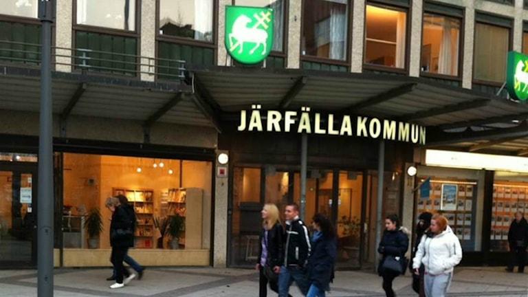 En byggnad med text Järfälla kommun