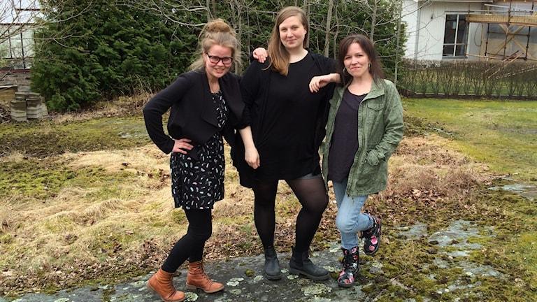 Martta Partio, Raisa Pennanen ja Mira Autio seisovat rennosti kalliolla