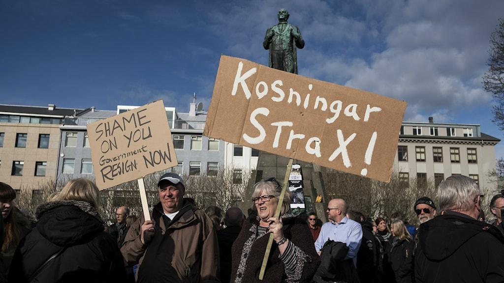 Islantilaiset protestoivat parlamenttitalon edessä Reykjavikissa 4.4.2016.