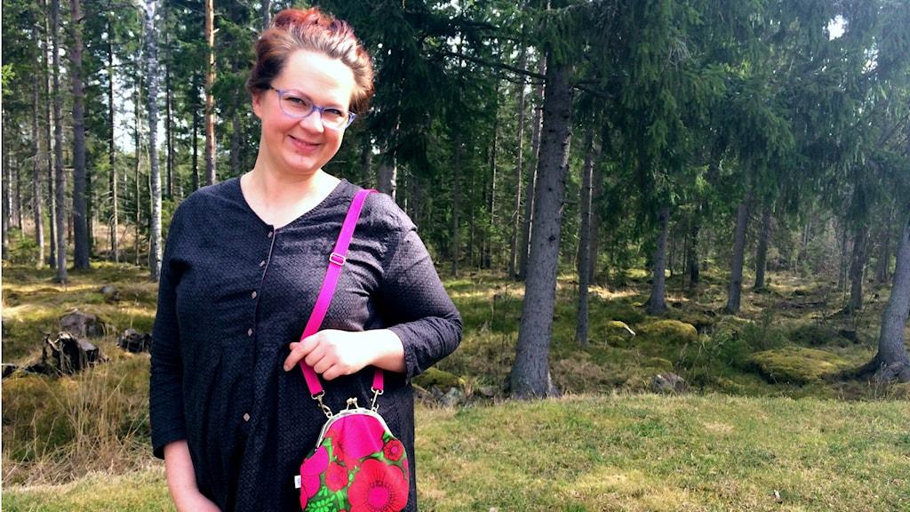 Tekstiilitaiteilija Mia Kalliosaari kotipihassaan.