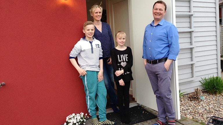 Tervetuloa meille! Jennie, Vesa, Victor ja Maja Paldanius odottavat uutta perheenjäsentä, nyt kun heistä pian tulee perhekoti.