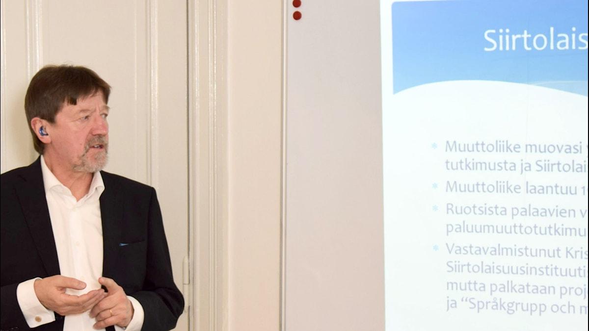 En man håller föreläsning