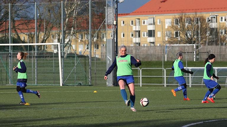 Kuvassa pelaajia harjoittelemassa jalkapallokentällä.