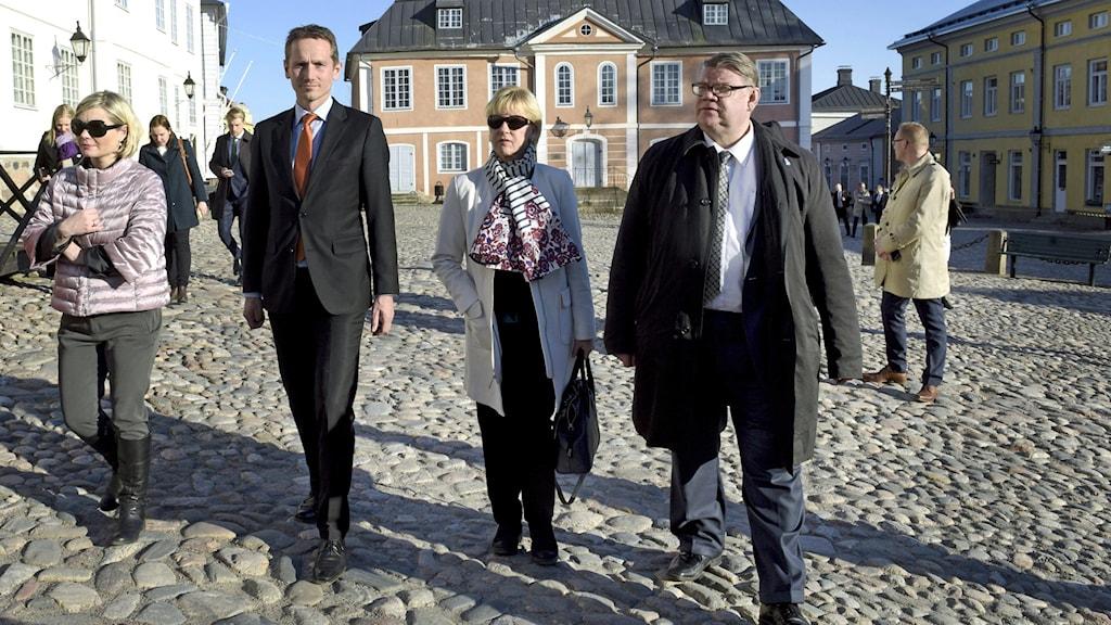 Islannin Lilja Alfredsdottir, Tanskan Kristian Jensen, Ruotsin Margot Wallstrom ja Suomen Timo Soini kävelyllä aurinkoisessa Porvoossa Pohjoismaiden ulkoministeritapaamisen yhteydessä.