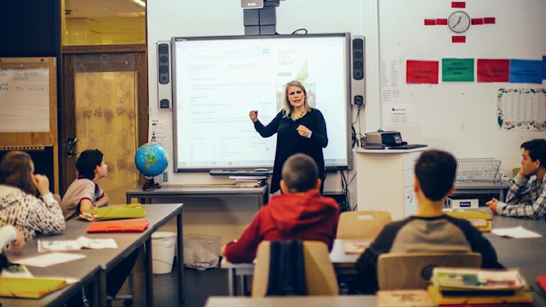 Tiia Ojala opettaa nuoria luokkahuoneessa.