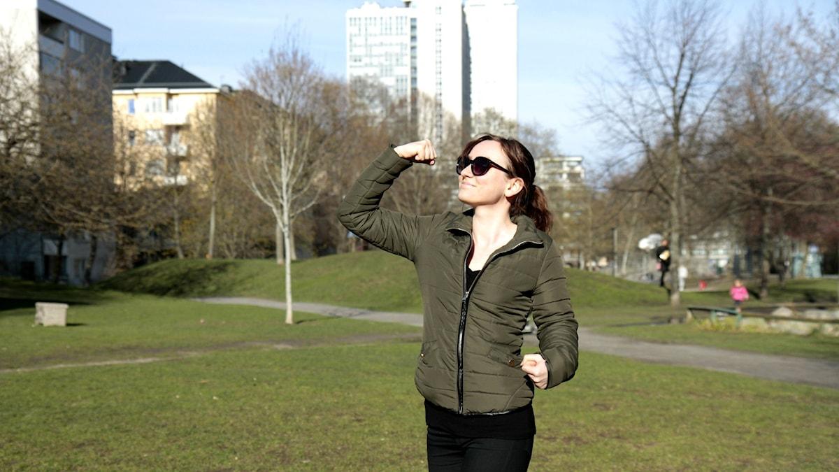 Amanda Moilanen näyttää hauista puistossa.