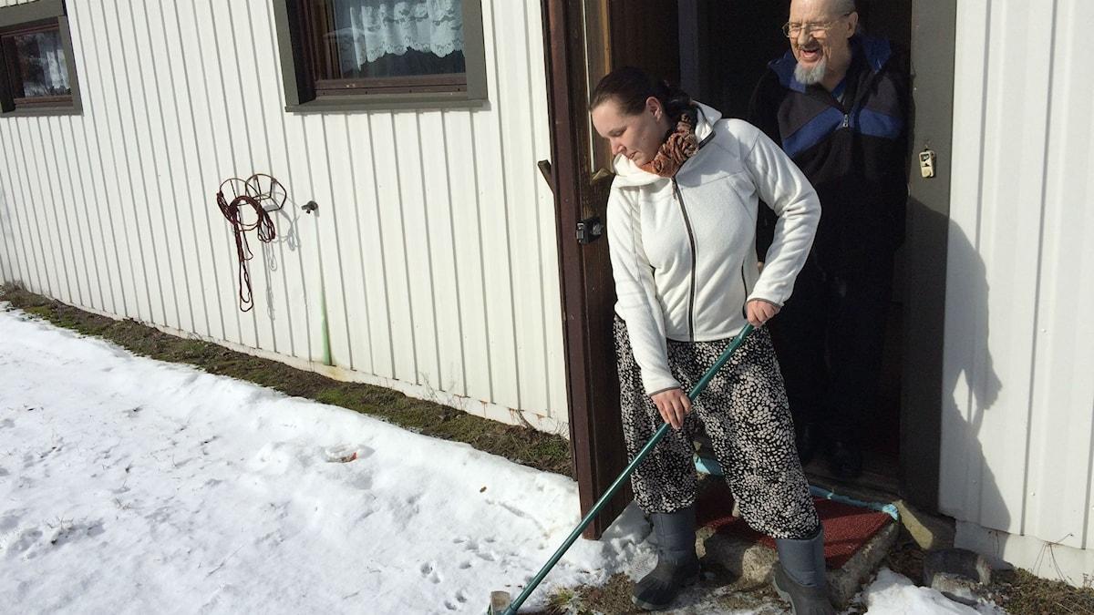 Merja Pohjonen isänsä Juhani Pohjosen kanssa Suomen mökkinsä edustalla