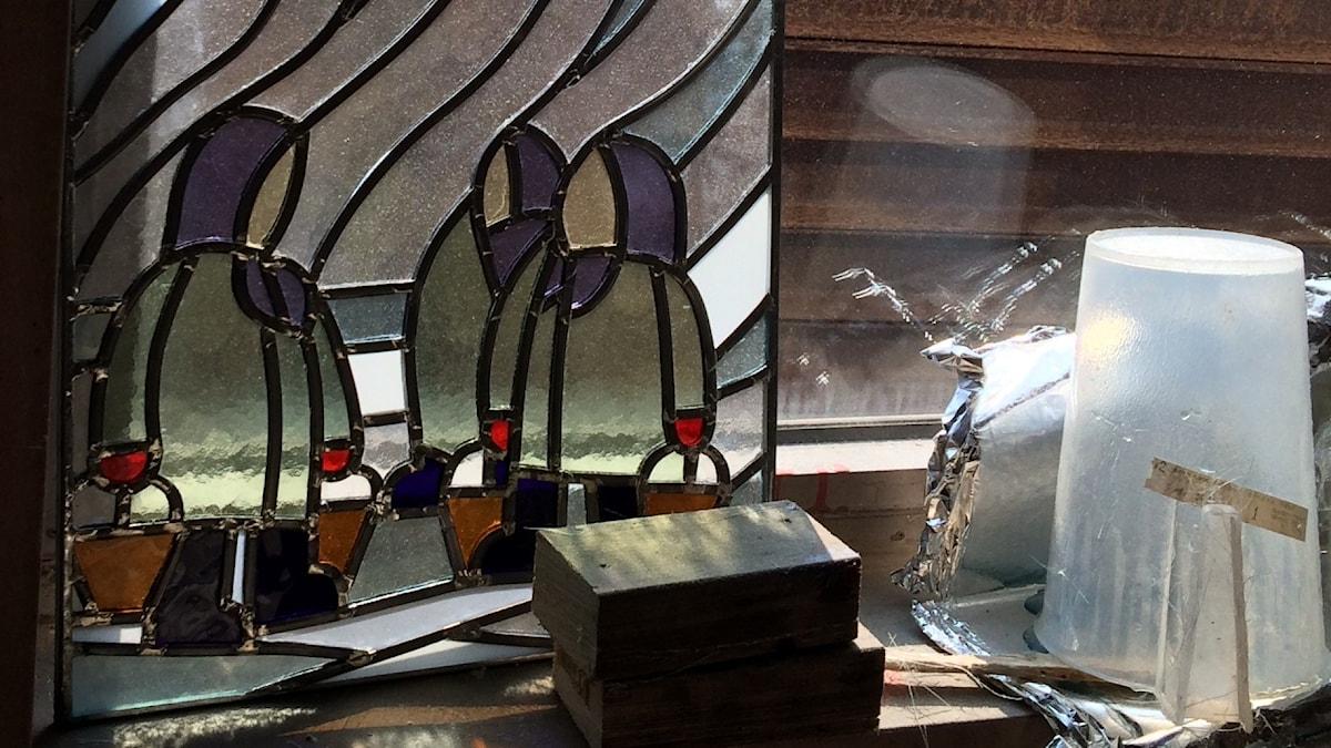 Simo Heinosen lyijylasimummot ikkunalla
