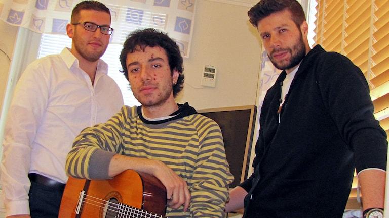 Laulaja Khaled Assaf (vasemmalla), kitaristi Yazan Jbour ja laulaja Abdulkader Waez muodostavat Cape East -nimisen yhtyeen.