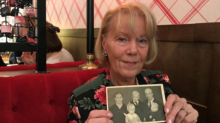 Sirkka Granestad näyttää mustavalkoista kuvaa perheestään.