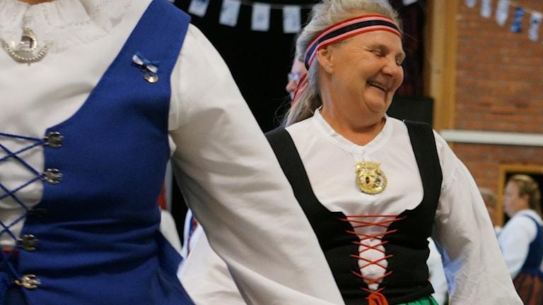 Härmanpukuun pukeutunutta tanssijaa naurattaa vienosti.