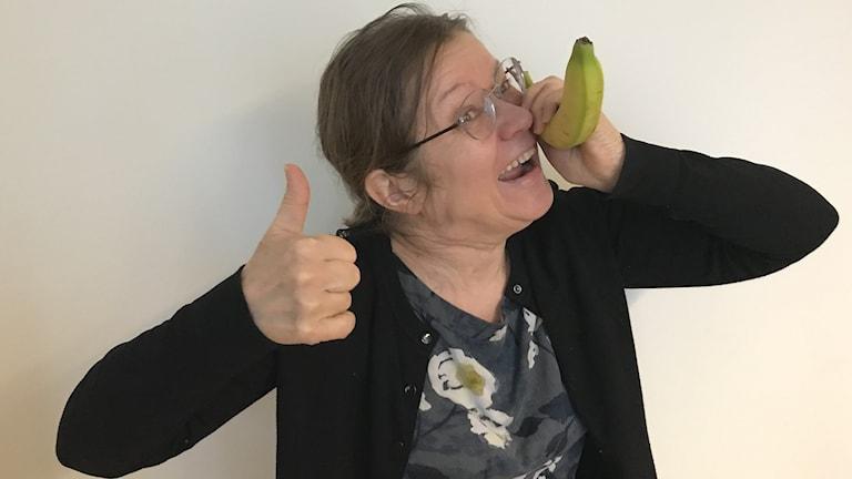 Kirsi Blomberg banaani luurinaan.