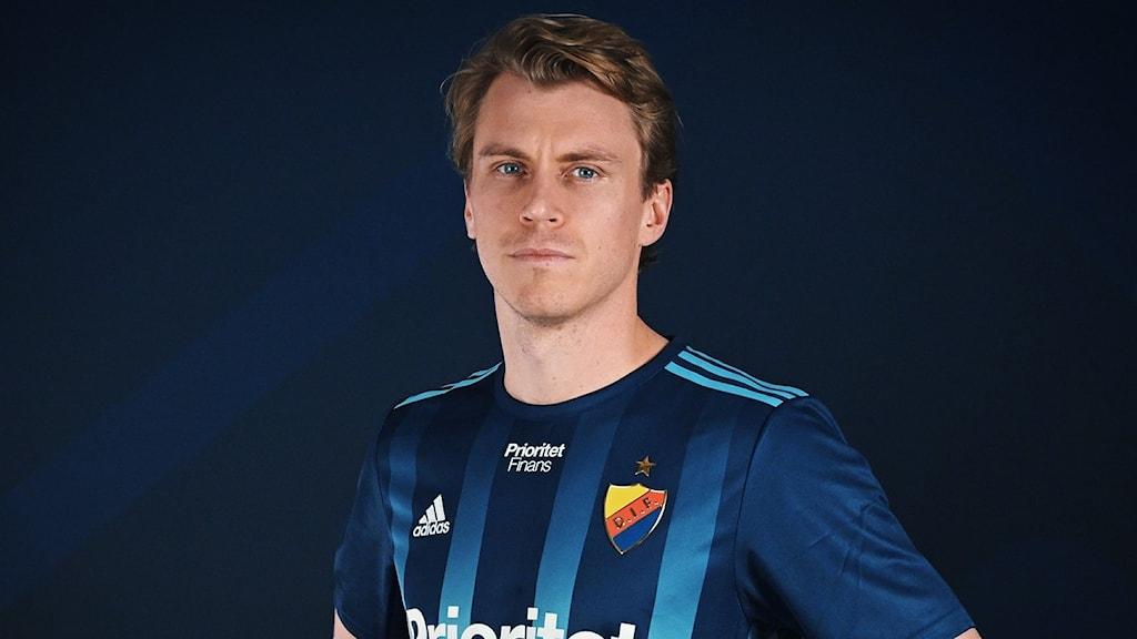 Rasmus Schüller siniraitaisessa pelipaidassa.