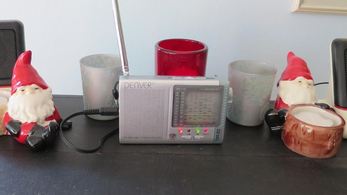 Två tomtenissar och en radio