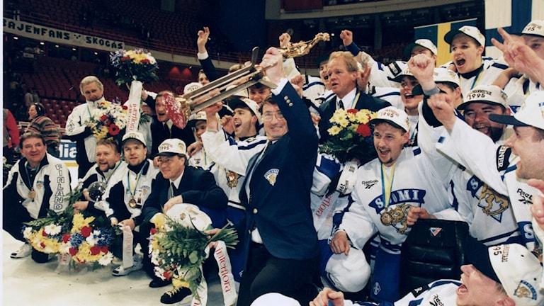 Finska ishockeylandslaget firar vinsten 1995.