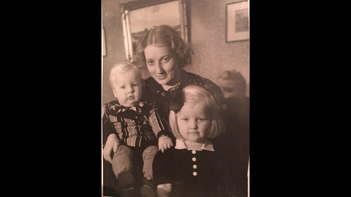 Vanhassa perheportretissa pieni Maaret, Leo-veli sekä heidän äitinsä Maissi Enne Sofia Ahola