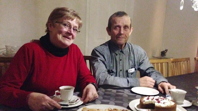 Anja ja Veijo Helkomaa kahvipöydän ääressä Skegriessä, Trelleborg