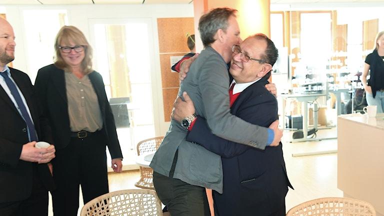 John Stauffer, romanien puolesta asiaa ajavan Civil Rights Defendersin pääasiamies ja Fred Taikon halaavat.