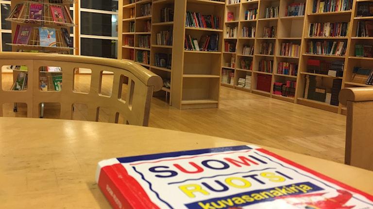 koulu kirjasto bibliotek böcker finska svenska skolan