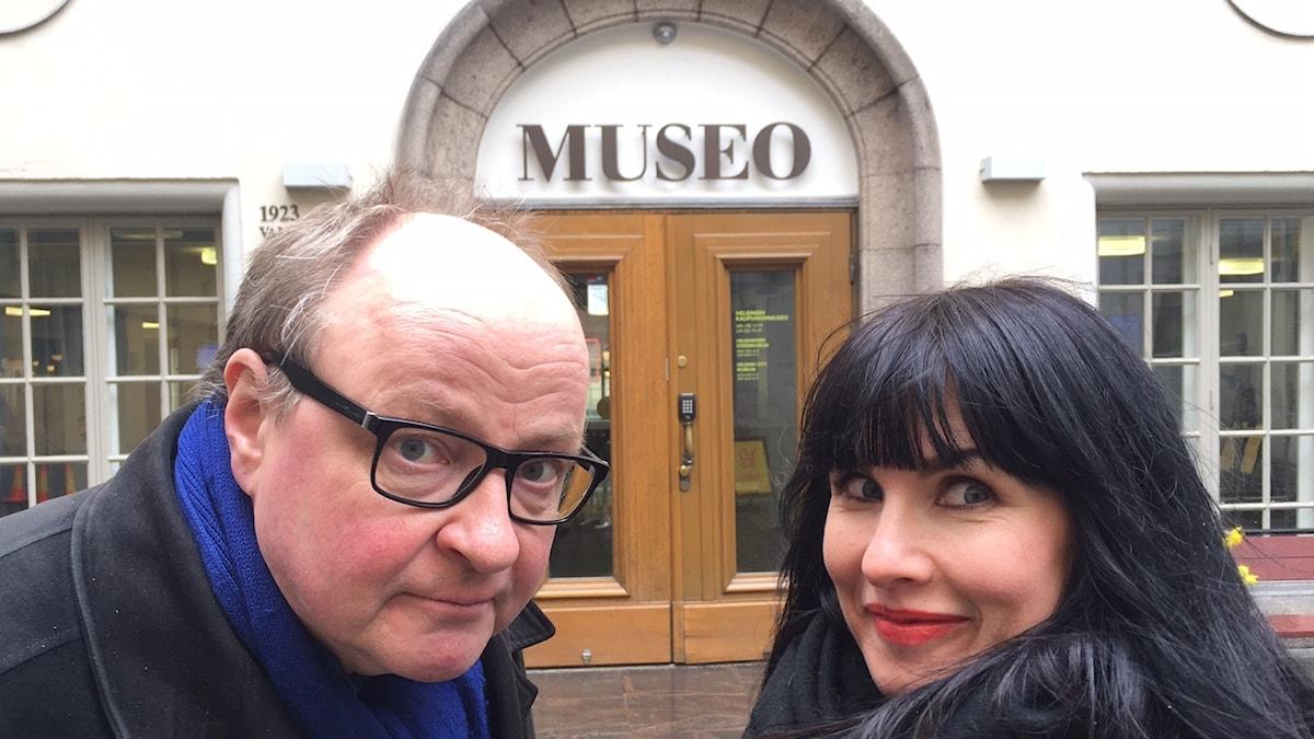 Hanna ja Jorma Helsingin taidemuseon edessä.