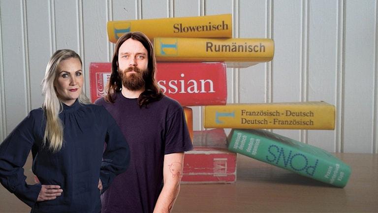 Programledarparet står framför en hög med böcker.