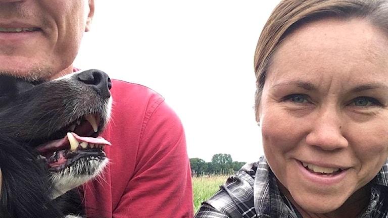 Henriikka Leppäniemi miehensä ja koiransa kanssa.