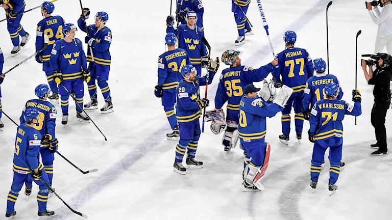Ruotsin jääkiekkomaajoukkue juhli jäälla voitettuaan Sveitsin puolivälierässä numeroin 3-1.