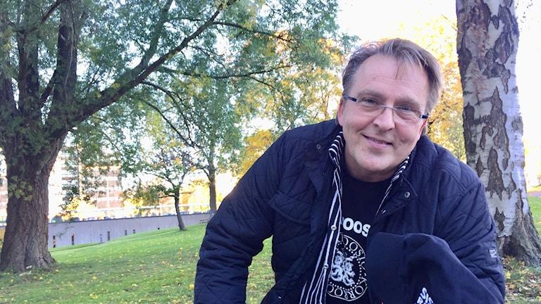Joel Hallikainen Tukholman radiotalon pihalla.