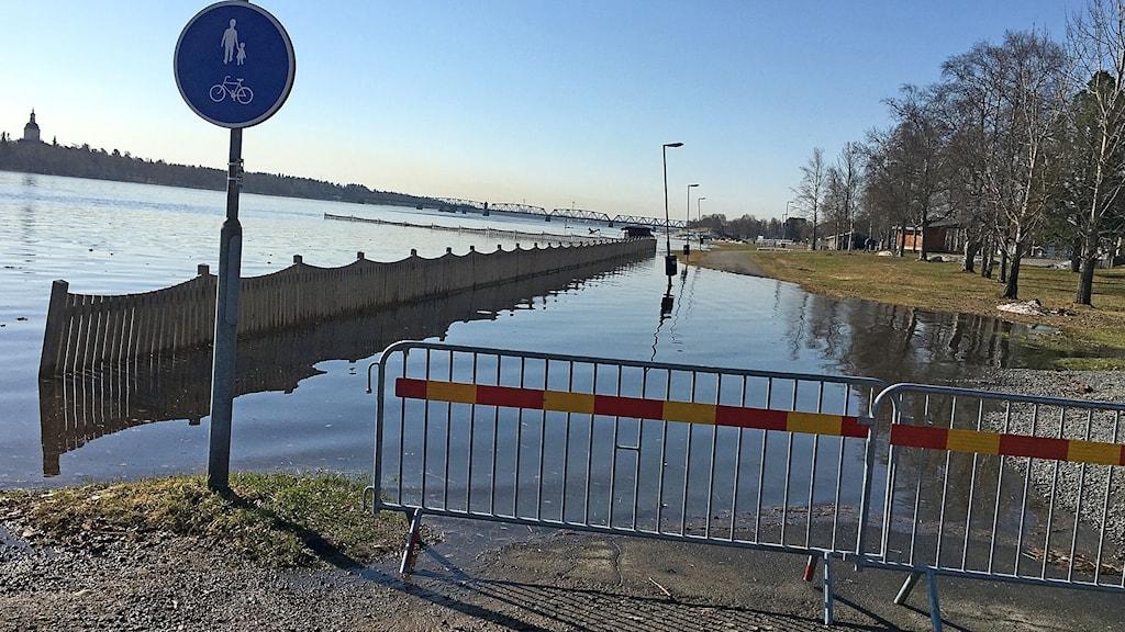 Joki on tulvinut kevyen liikenteen väylälle.