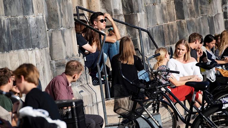 Lokakuun lämpöä keräsi Lundissa ihmiset ulos nauttimaan auringonpaisteesta.
