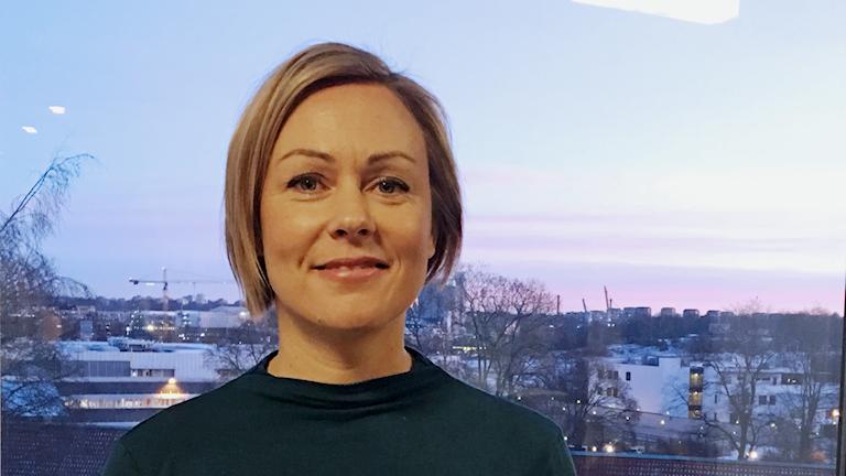 Osteopaatti Heli Syrjälän takana Tukholmassa nousee aurinko. Foto: Jasmine Malla, Sisuradio.
