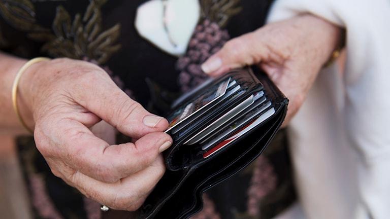 lompakko täynnä luottokortteja
