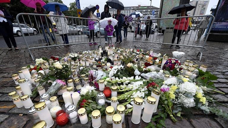 Kynttilöitä ja kukkia Turun kauppatorilla puukotusten jälkeisenä päivänä.