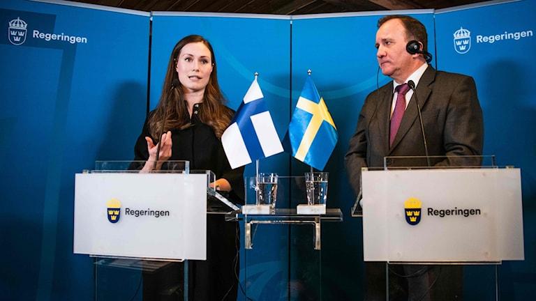 Sanna Marin Ja Stefan Löfven. Suomen ja Ruotsin liput pöydällä.