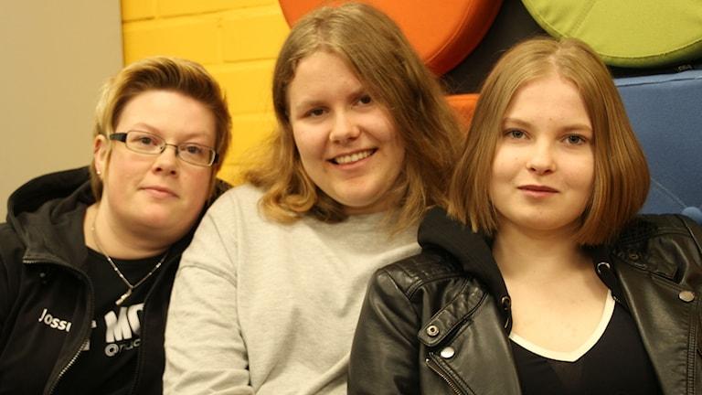 Nuoriso-ohjaaja Johanna Kallio ja nuoret nuuska-agentit Jenna Simonen ja Milla Pohjolainen tekevät ennaltaehkäisevää terveystyötä.