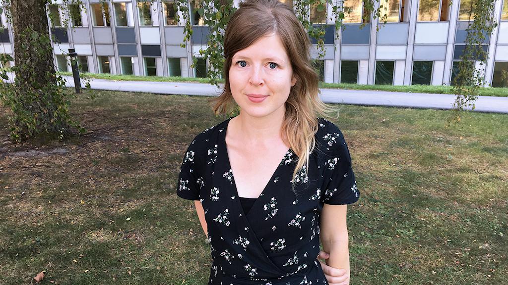 Cecilia Heikkilä seisoo ulkona.