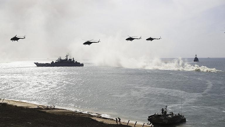 Kuvassa helikoptereita ja laivoja