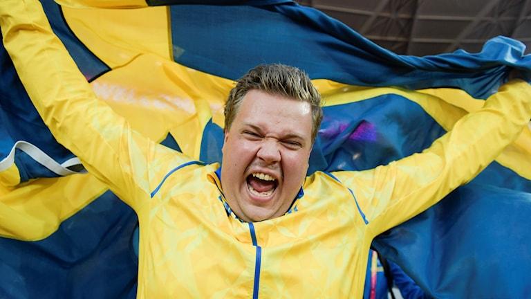 Daniel Ståhl ja Ruotsin lippu.