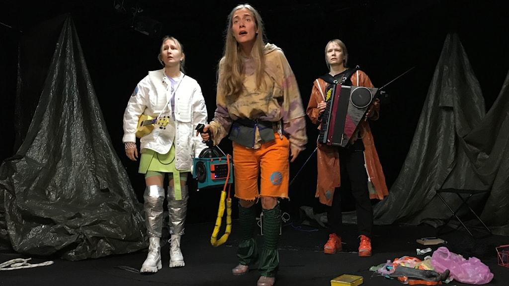 Linda Jokela, Malou Zilliacus, Kristiina Viiala, Uusi Teatteri Muurin yli Meren alle