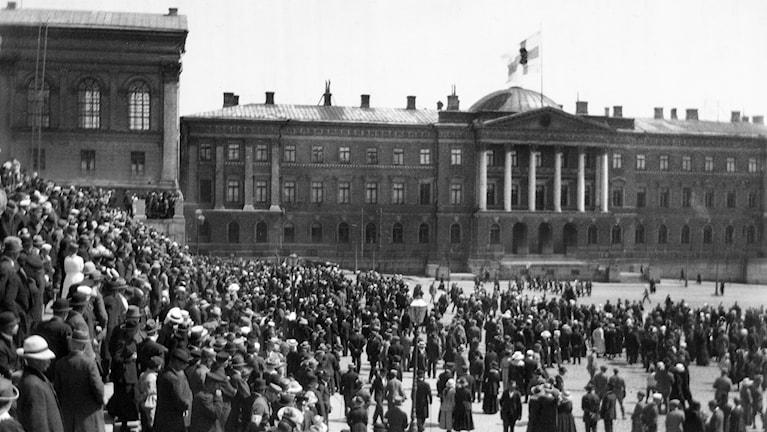 Suomen lippu Senaatintalon katolla. Siniristilippu julistettiin Suomen lipuksi 29.5.1918.