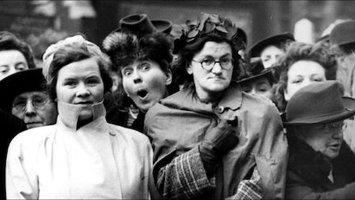 Uteliaita tuijottajia brittihienostohäissä 1940-luvulla.