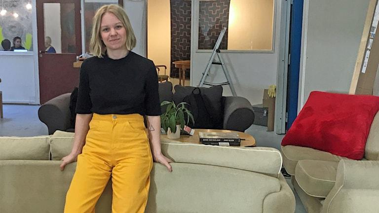 Gilda Naumanen, en ung blond kvinna som lutar på en soffa