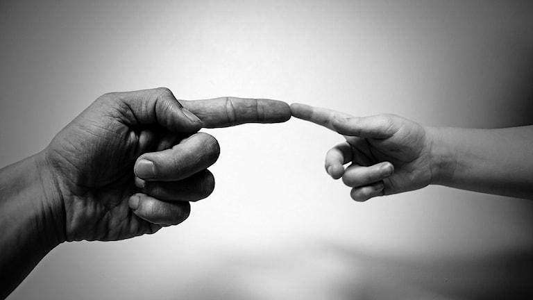 En vuxens hand och en barns hand