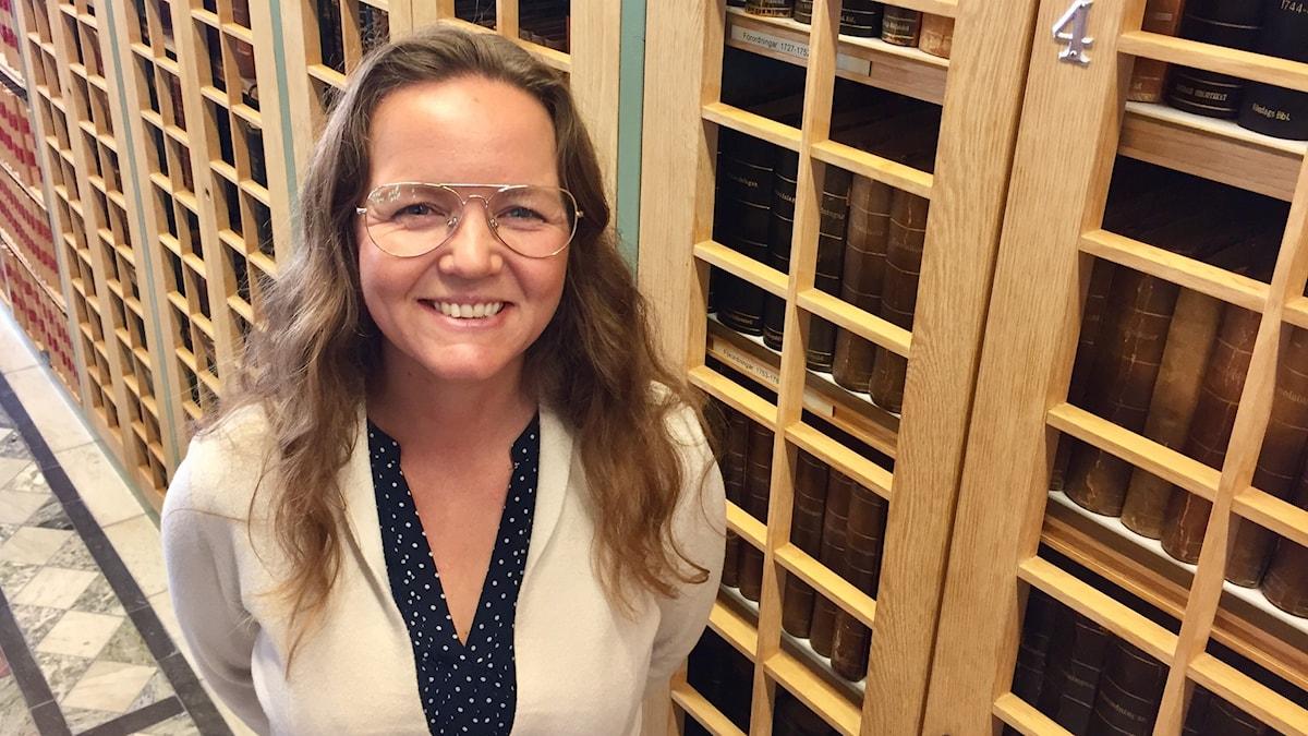Valtiopäiväedustaja Yasmine Posio Nilsson (V) valtiopäivien kirjastossa Tukholmassa.