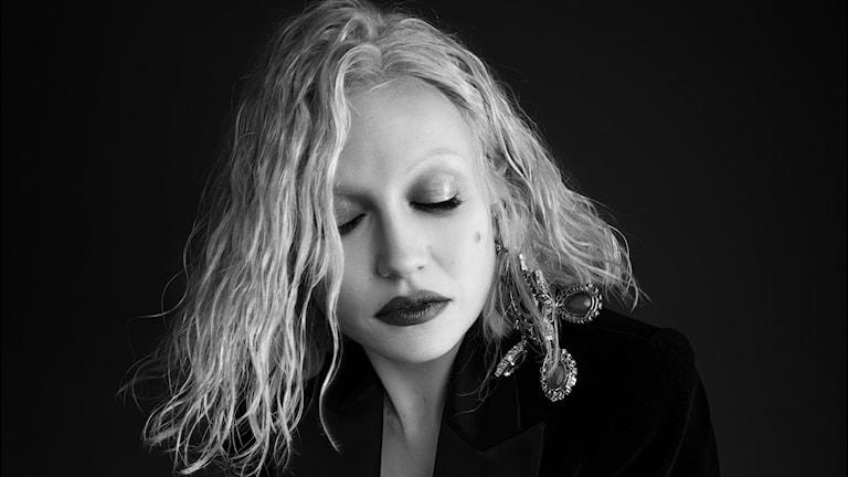 Valkohiuksinen Chisu silmät kiinni mustavalkokuvassa. Kuva: Kanerva Mantila/Warner Music Finland