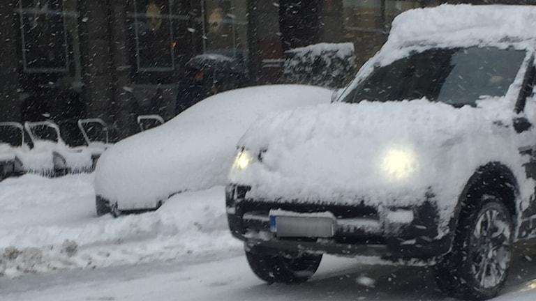 Luminen auto liikenteessä