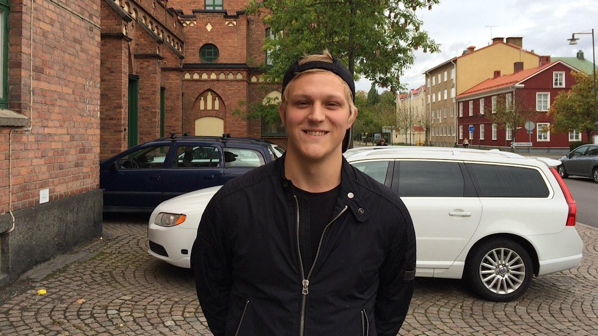Joakim Forsman pelaa koripalloa Brahen joukkueessa. Kuvassa hänellä on lippis päässään, lippa niskan puolella.