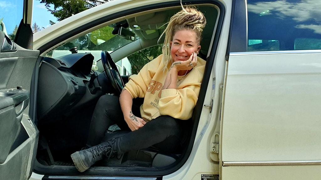 Surahammarilainen Heini Schwartz tekee useimmat lauluvideot autossaan.