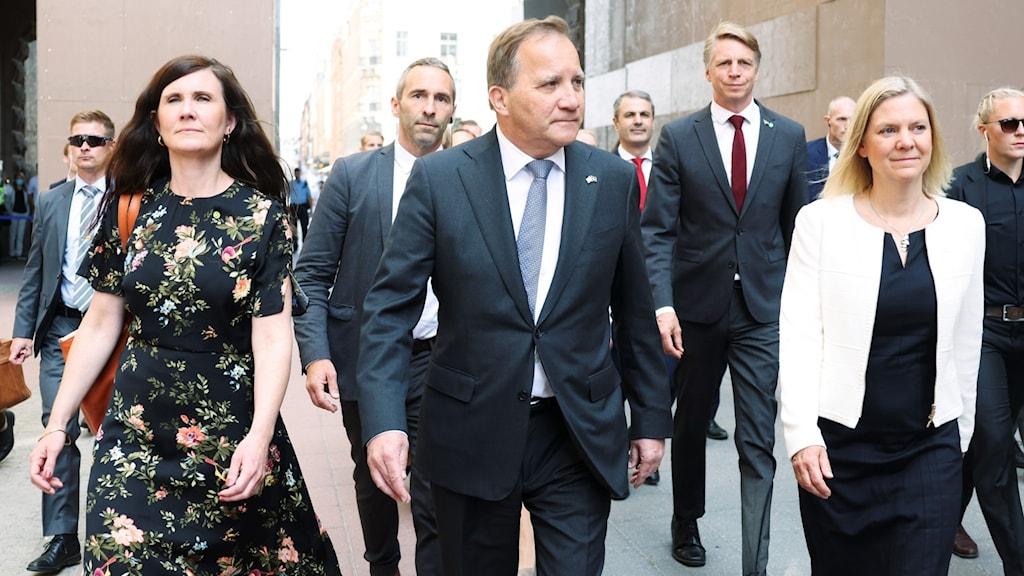 Hallituksen Märta Stenevi, Stefan Löfven ja Magdalena Andersson kävelevät Ruotsin valtiopäivien edessä.