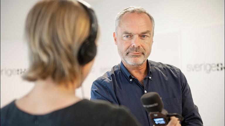Liberalernas partiledare Jan Björklund intervjuas av Sisuradio